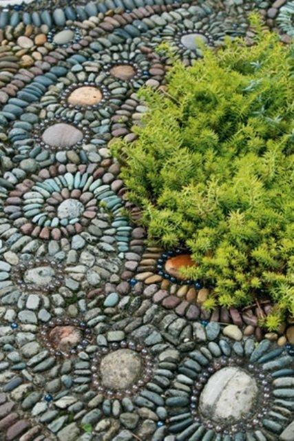 apvalios mozaikos akmenukai lauke
