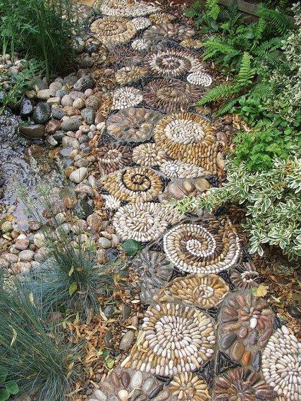 ivairiaspalviai akmenukai mozaika lauke