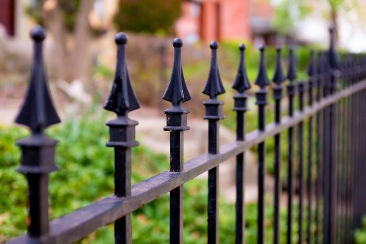 Ką reikia žinoti statant tvorą?